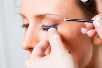 How to apply fake eye lashes