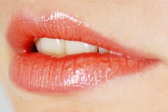 How to apply lipstick on thin lips
