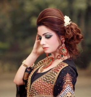 Hairstyles to wear with Pakistani salwar kameez 03