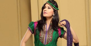 Hairstyles to wear with Pakistani salwar kameez 13