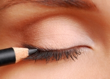 how-to-put-eyeliner-02