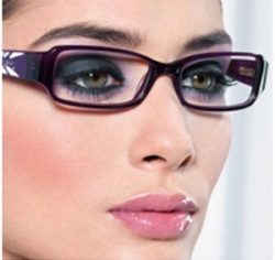Makeup Guide for Women with Glasses 06
